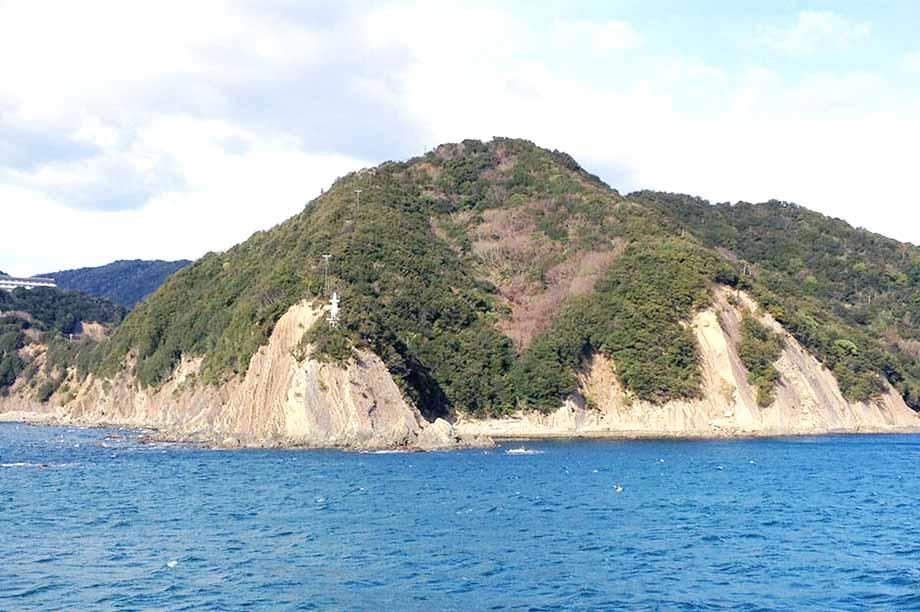 史跡もある小島のそばを通って