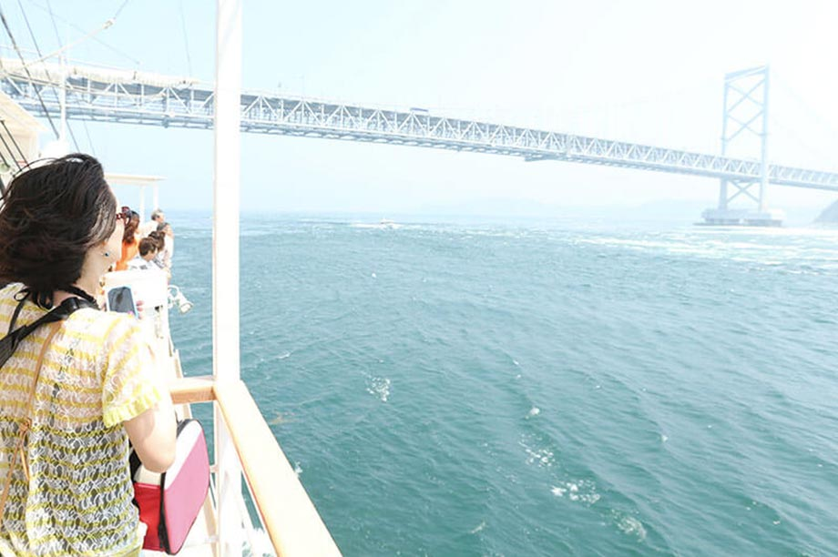 雄大な景色の鳴門海峡へ