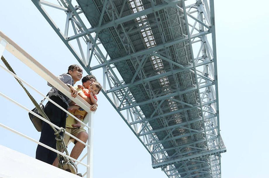 大鳴門橋の下をくぐります