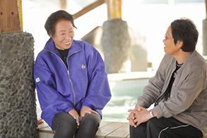 足湯は地元住民と観光客との交流の場にもなっています。