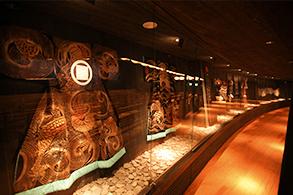 館内には貴重な資料や、昔使われていた人形の頭などが展示されています。