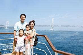 大鳴門橋をバックに家族で記念写真!船上はシャッターチャンスの連続!