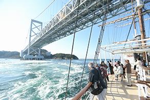 橋の下をくぐる瞬間は必ず上を見上げて!船のマストが橋に当たりそう!?